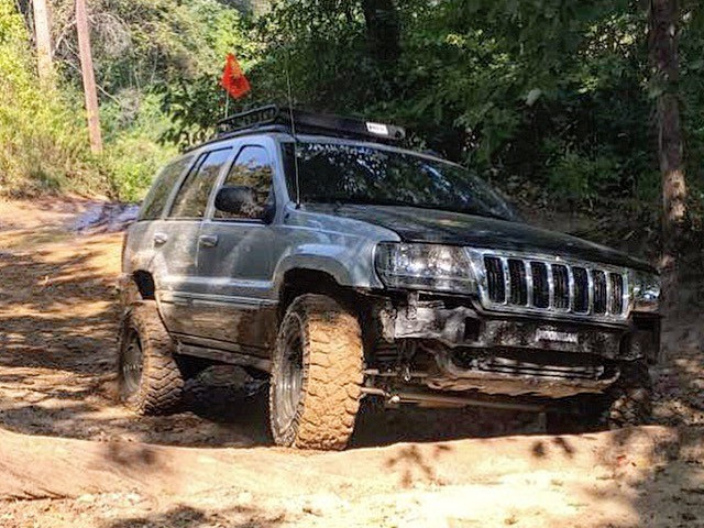 2004 Jeep Grand Cherokee Overland Standard Model Mickey Thompson Baja MTZ P3 31/10.50R15 (1995)