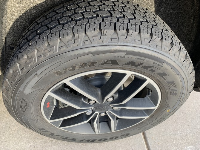 2019 Jeep Grand Cherokee Trailhawk Goodyear Wrangler All-Terrain Adventure w/Kevlar 265/60R18 (4000)